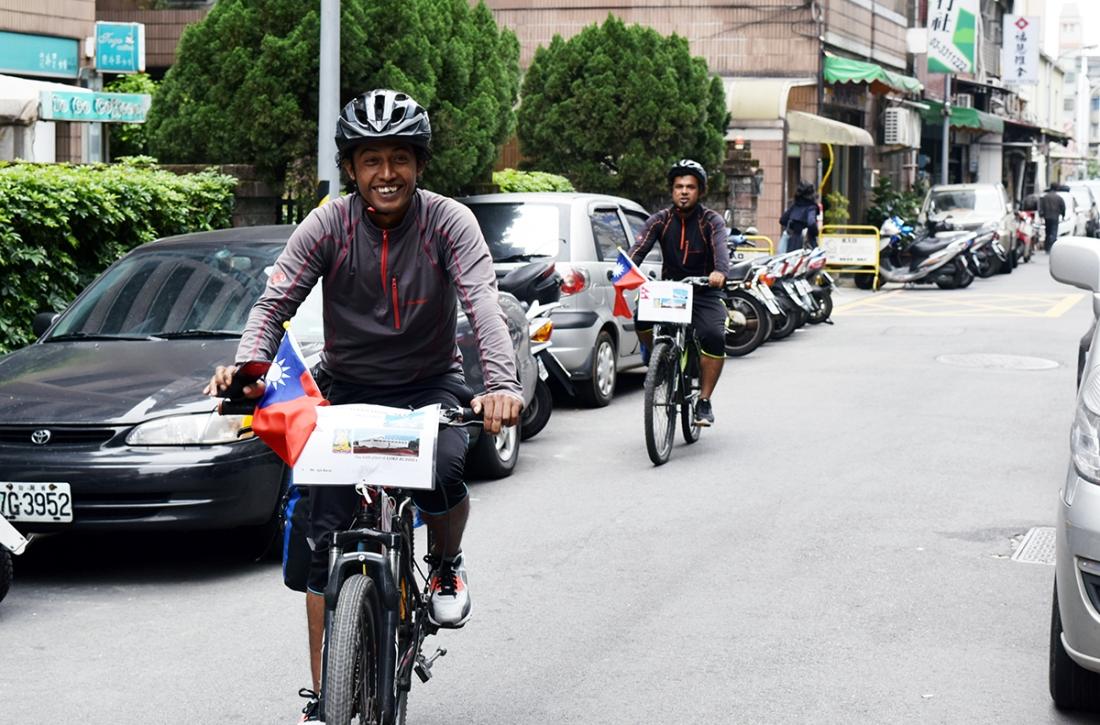 採訪當天正在進行單車環島的尼泊爾青年來本立自然良品拜訪(圖∕Yuling Chiu)
