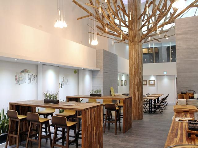 包包bunsbao店內以大量相思木製成,相思木過去在台灣社會被視為雜木,但包包bunsbao將其變為精緻的陳列主料(圖/包包bunsbao)