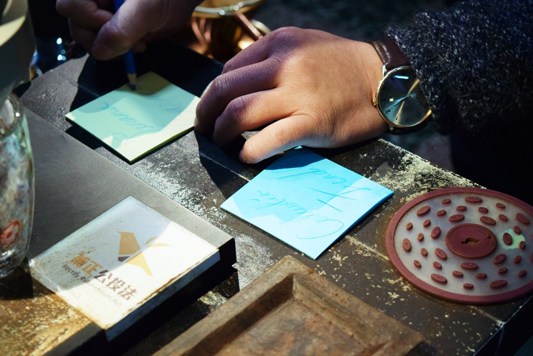 在奉咖啡,每杯咖啡的杯墊都是老闆親手寫上品名的便條紙(攝影/Yuling Chiu)