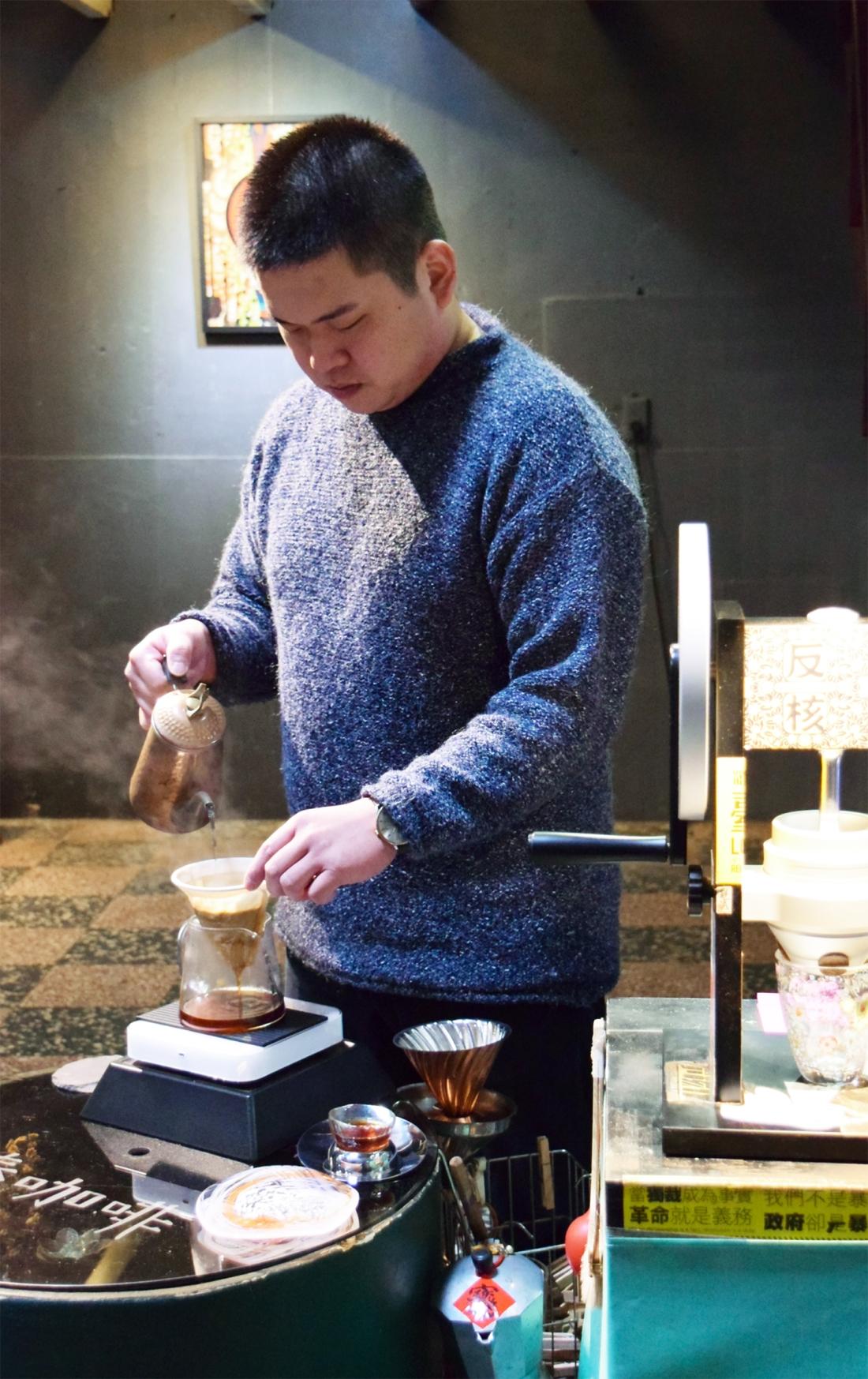 奉咖啡的老闆大頭(攝影/Yuling Chiu)