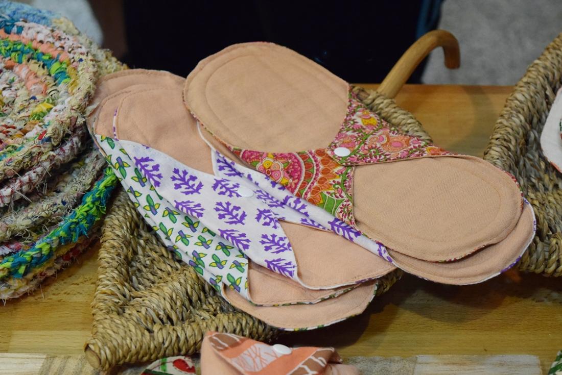 棉樂悅事工坊的布衛生棉花色多元,所有原物料和製作都在尼泊爾完成(圖/Yuling Chiu)