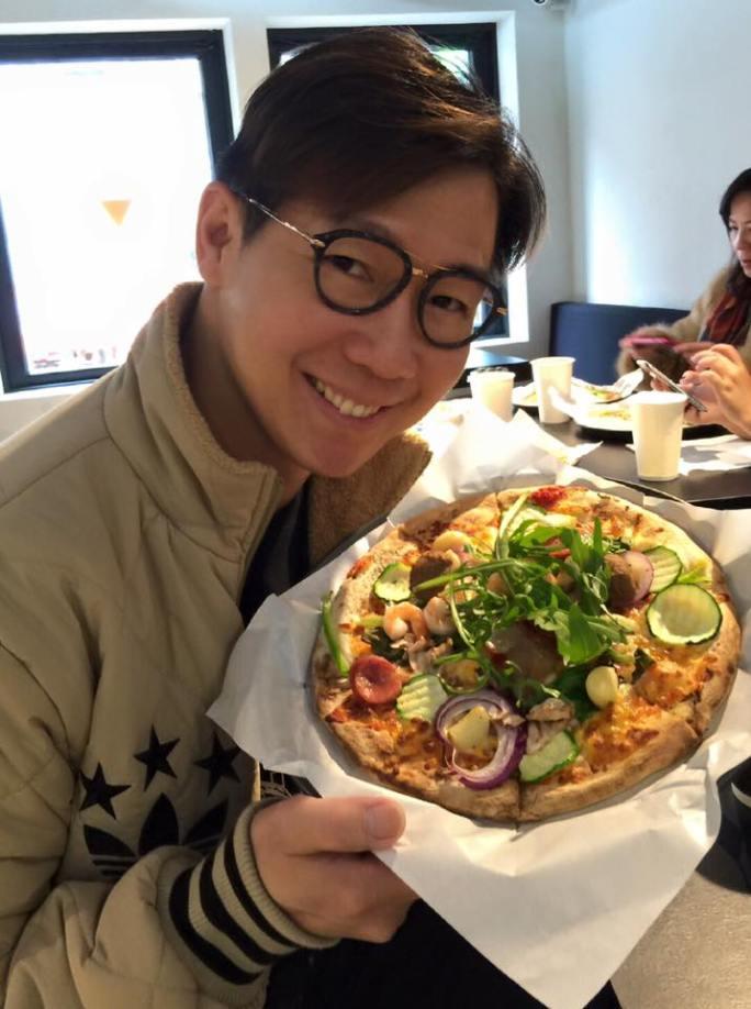 歌手品冠在Plus Pizza開幕前到店親自力挺(圖/品冠FB)