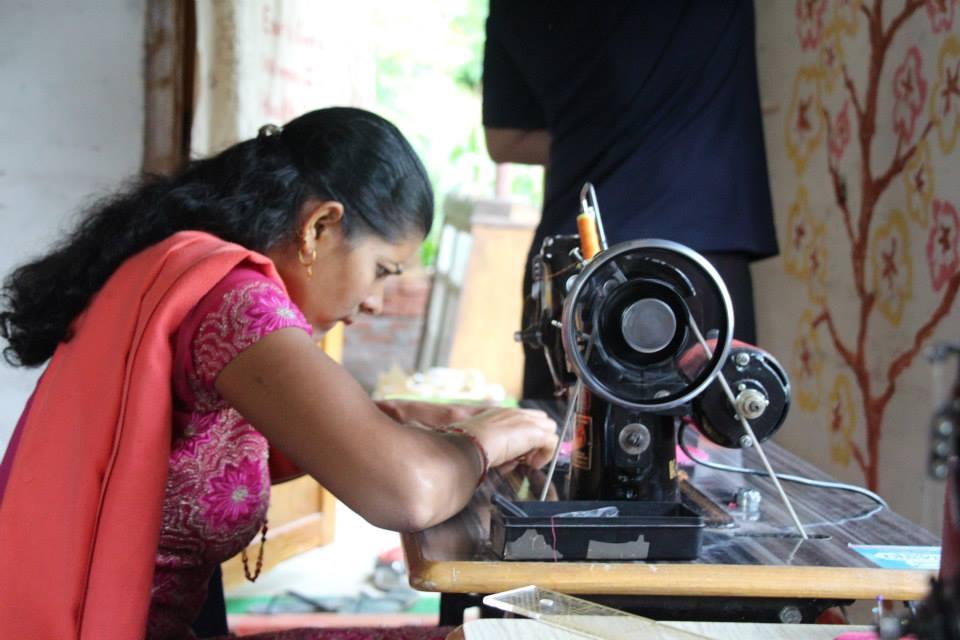 自從訓練兩位婦女上軌道生產後,村子陸陸續續都有婦女主動應徵工作,圖為接受實習訓練的婦女(圖/棉樂悅事工坊FB)