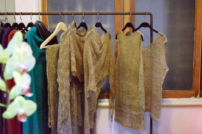 除了布衛生棉之外,林念慈也與其他工坊合作生產麻料服飾(圖/Yuling Chiu)