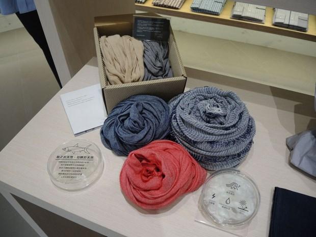 織入台南虱目魚提煉出來的膠原蛋白的紡織品是和明紡織的代表作,Weavism也運用這些布料開發成時裝單品配件(圖∕Weavism)