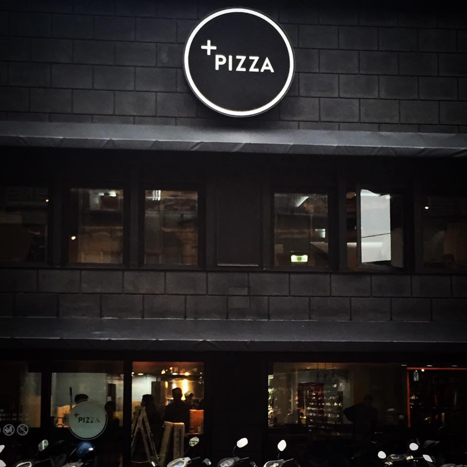 Plus Pizza以時髦黑色妝點店裝,希望營造有別於一般速食餐廳的精緻休閒風格(圖/Plus Pizza)