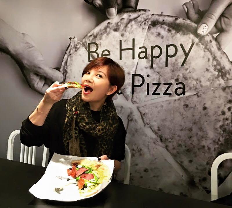 Plus Pizza的老闆娘、歌手梁靜茹,也多次現身為餐廳宣傳(圖/Plus Pizza FB)